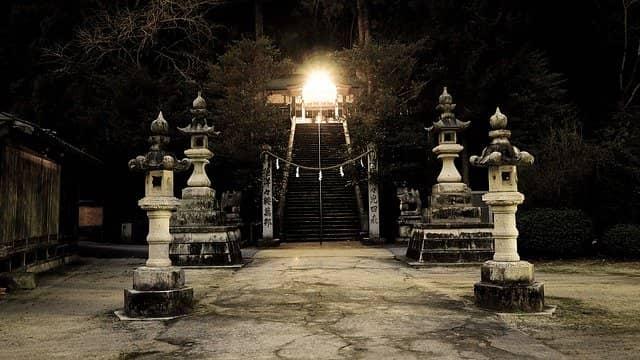 Japanische Steinlaternen in einem Tempel