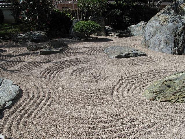 Zen Garten anlegen: Kies & Steine platzieren
