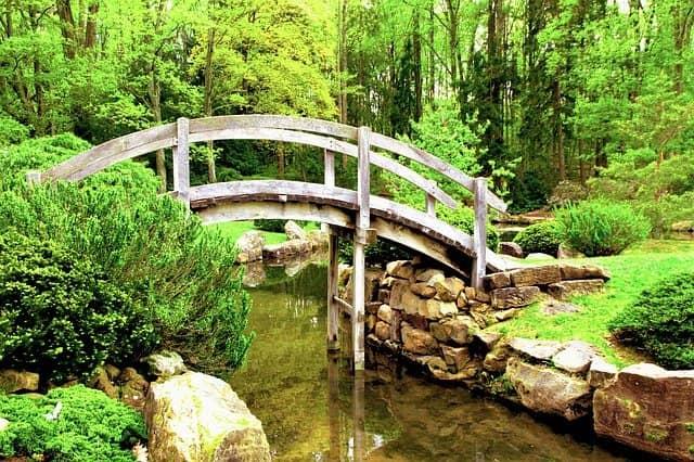 Holzbrücke in einem japanischen Garten