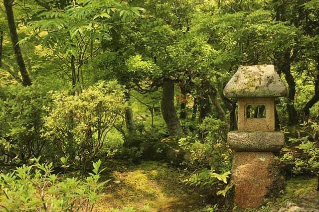 Steinlaterne in japanischem Teegarten